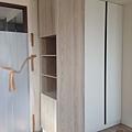 登陽廊香 主臥室空間 入口右側系統收納衣櫃安裝完成 (2).jpg