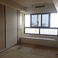 登陽廊香 主臥室空間 系統衣櫃及臥榻櫃組裝進度.jpg