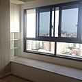 登陽廊香 主臥室空間系統臥榻櫃安裝完成 右側上掀門片待修改安裝.jpg