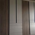 登陽廊香 次臥室系統衣櫃組裝完成 待安裝抽屜內崁手把.jpg