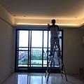 惠宇新觀 客廳空間天花板間接照明區調整燈具位置.jpg