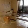 登陽廊香 客廳空間木地板鋪設施工中.jpg