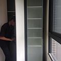 惠宇新觀A戶 主臥室收納系統櫃鋁框噴砂玻璃門安裝完成.jpg