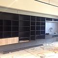 惠宇新觀A戶 客廳空間電視牆系統收納櫃組裝進度.jpg