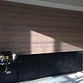 惠宇新觀 客廳空間沙發背牆 壁紙貼附施工完成.jpg