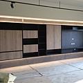 惠宇新觀 客廳空間系統櫃上下藝術漆塗刷完成.jpg