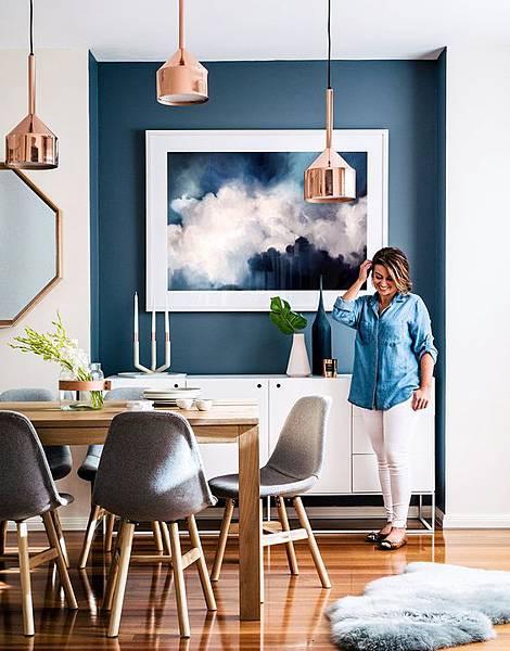 設計參考-藍色壁面餐廳搭配掛畫%2F玫瑰金吊燈