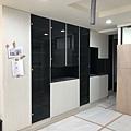 惠宇建設 惠宇新觀Q戶 玄關系統收納櫃強化黑玻門片安裝完成.jpg
