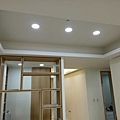 客廳電視牆天花板LED崁燈安裝.jpg
