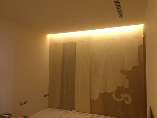 次臥空間木作隔間牆漆藝繪製.jpg