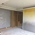 主臥空間床頭主牆及衣櫃牆面漆藝繪製.jpg