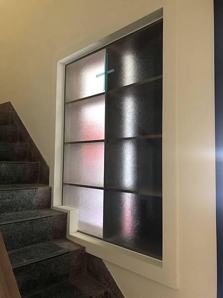 草屯舊屋翻新 一樓層板櫃玻璃安裝完成紀錄.jpg