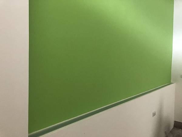 草屯老屋翻新 三樓男孩房床頭打燈處噴砂玻璃安裝完成.jpg