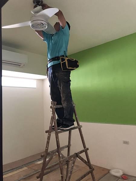 草屯舊屋翻新 三樓男孩房吊扇安裝施工中.jpg