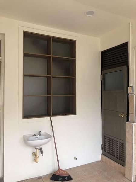 草屯舊屋翻新 樓梯間層板櫃玻璃安裝完成.jpg