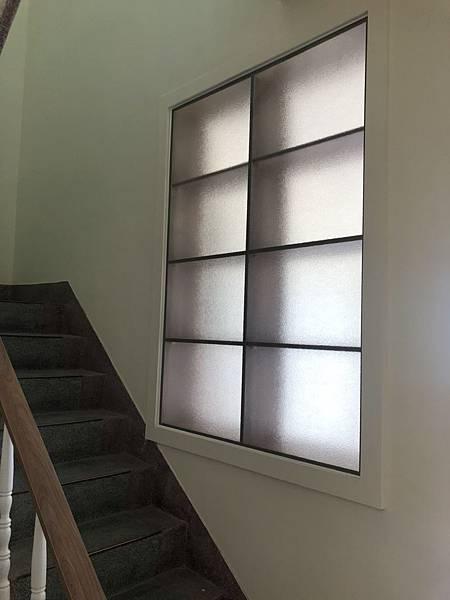 草屯舊屋翻新 樓梯間層板櫃玻璃安裝完成紀錄.jpg