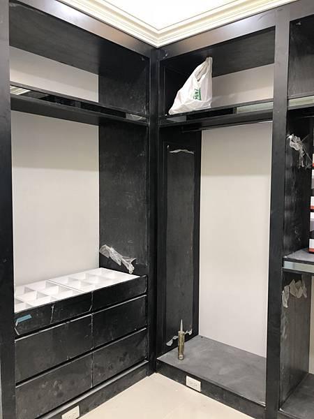 惠宇禮仁住宅設計 書房木作衣櫃層板貼附明鏡施工完成.jpg