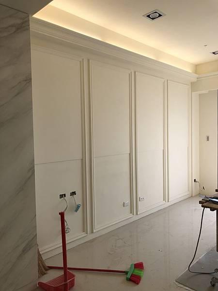 惠宇禮仁住宅設計 客廳沙發背牆油漆待修補收尾.jpg