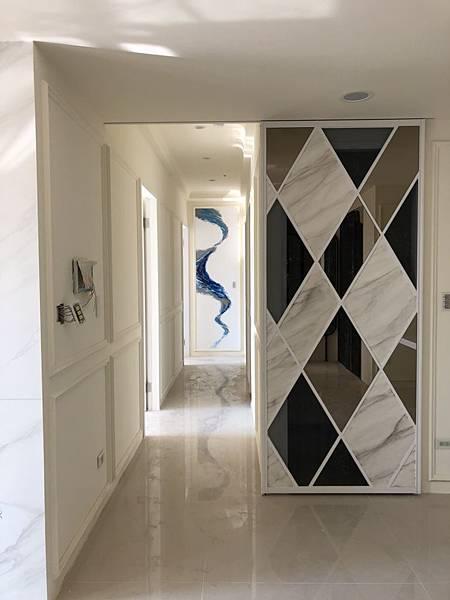 惠宇禮仁住宅設計 餐廳鋁框滑門玻璃及茶鏡貼附施工完成.jpg