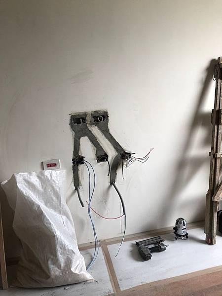 登陽穗悅室內設計 客廳空間電視牆水電線路打牆延伸施工完成.jpg