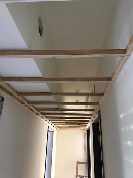 惠宇新觀室內設計 走道空間木作天花板角材結構施工中.jpg
