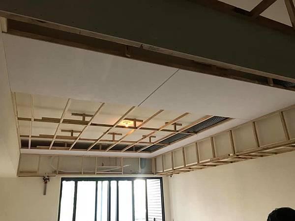 惠宇新觀室內設計 客廳空間天花板木作角材結構施工紀錄.jpg