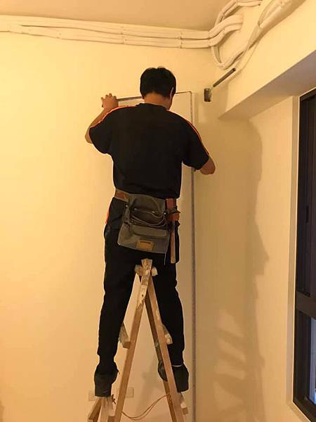 惠宇新觀室內設計次臥室空間木作天花板結構角材施工中.jpg