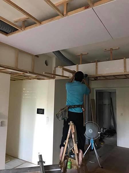 惠宇新觀室內設計 客廳空間天花板角材結構施工中.jpg