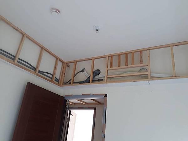 男孩房空間花板角材水電燈具拉管配線施工.jpg