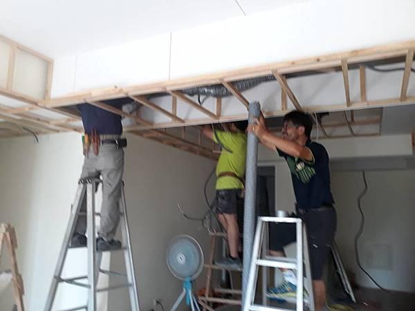 天花板全熱交換機管線配線施工中1.jpg