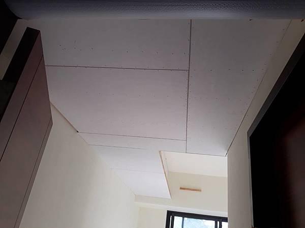 主臥室空間天花板矽酸鈣封版1.jpg