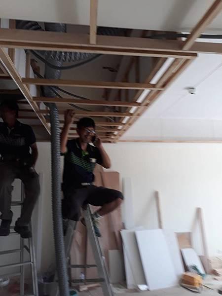 天花板全熱交換機管線配線施工中2.jpg