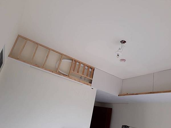 主臥室空間天花板角材板施工.jpg