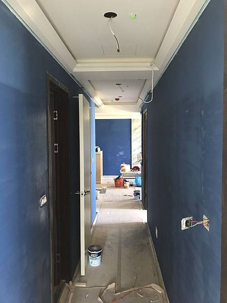 走道牆面油漆跳色天花板燈具挖孔1.jpg