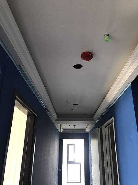 走道牆面油漆跳色天花板燈具挖孔.jpg