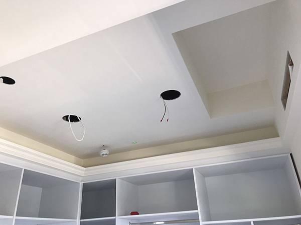 更衣室天花板燈具挖孔.jpg