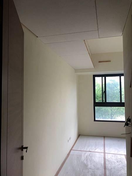 惠宇新觀室內設計 主臥室空間天花板封板施工 預留吊畫軌道.jpg