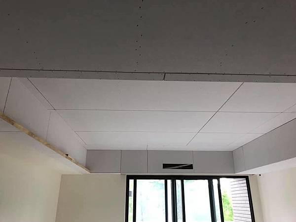 惠宇新觀室內設計 客廳空間天花板矽酸鈣封板.jpg