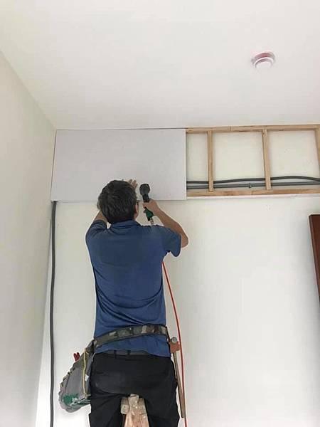 惠宇新觀室內設計 男孩房天花板冷氣包樑矽酸鈣封板施工中.jpg