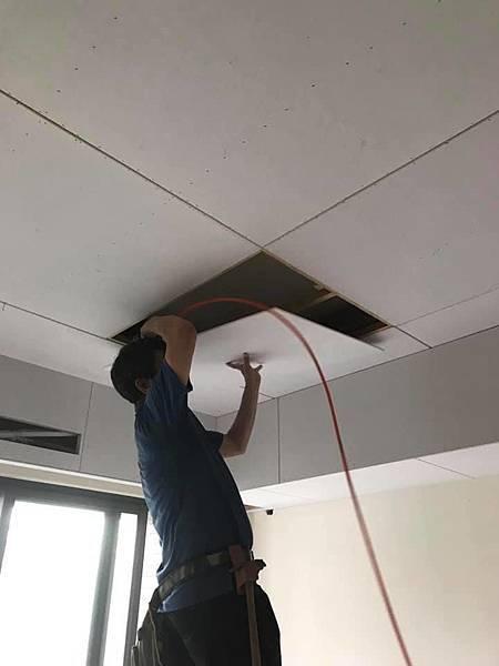 惠宇新觀室內設計 客廳空間天花板矽酸鈣封板施工中.jpg