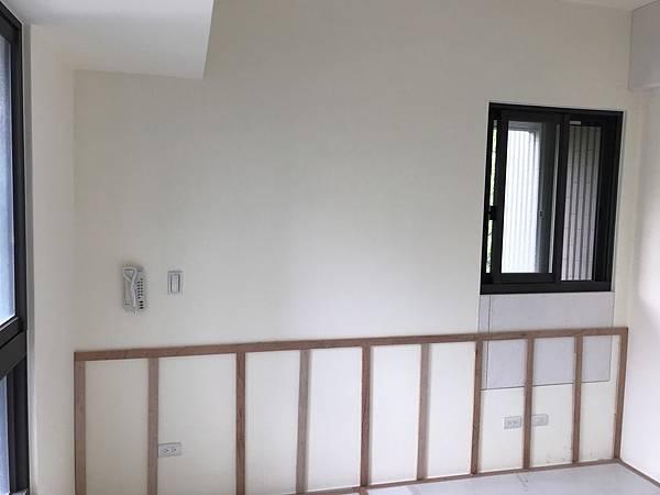 惠宇新觀室內設計 主臥室床頭系統腰牆木作結構底才施工完成.jpg