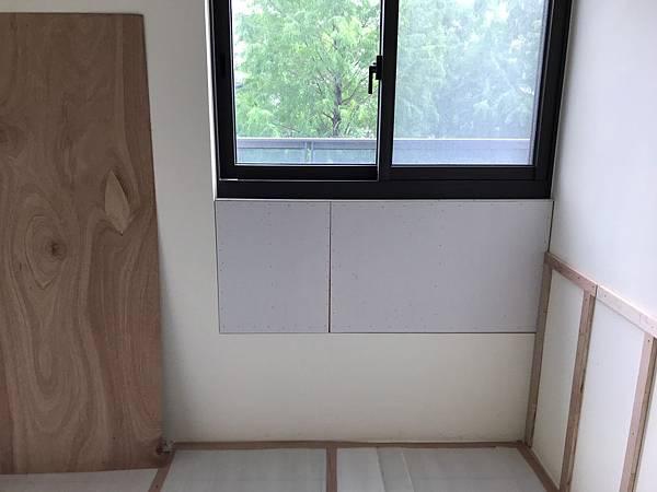 惠宇新觀室內設計 主臥室窗下矽酸鈣封板施工完成.jpg