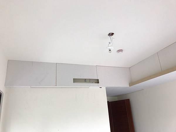 惠宇新觀室內設計 主臥室空間天花板矽酸鈣封板完成.jpg