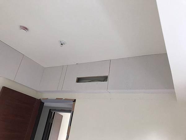 惠宇新觀室內設計 男孩房空間天花板冷氣包樑處矽酸鈣封板完成.jpg