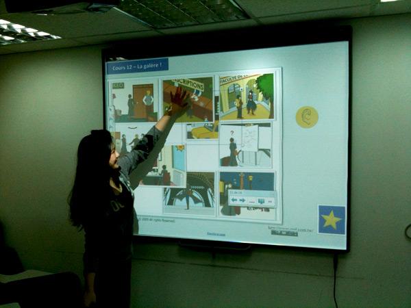 學員很興奮的使用互動式電子白板-成人法文初級班 (Olivier 老師)