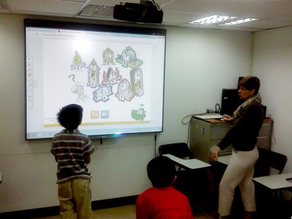 兒童班的小朋友正在思考,那一個是答案?-- 法文兒童班 (Valérie 老師)