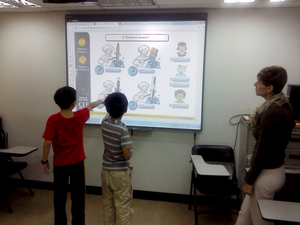 在法文兒童班 (Valérie 老師),小朋友每一次看到互動電子白板,就會很開心的看著圖片,把剛學到的法文說出口!