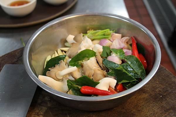 蝦湯材料切好.JPG