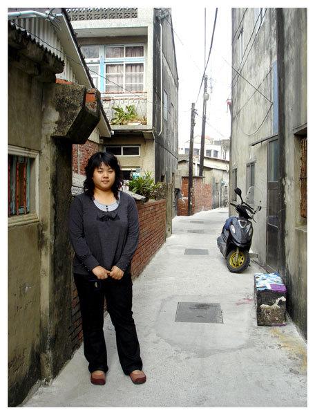 堂妹在小巷中留影