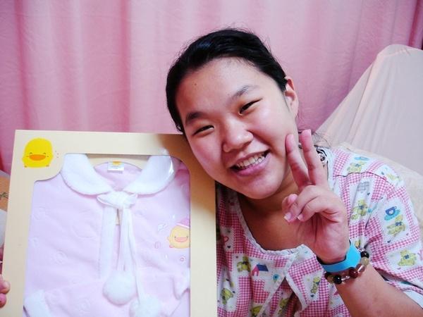 阿芳跟我送她女兒的粉紅可愛小披風